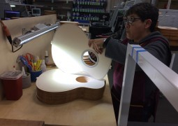Taylor Guitars – Visite de l'usine mexicaine de Tecate