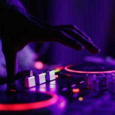 10 cadeaux incontournables pour DJ heureux